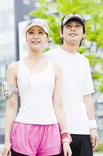 ジョギングをする若いカップルの写真素材 [FYI02812468]