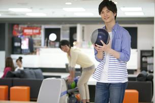 ボウリングをする若者の写真素材 [FYI02812469]