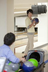 ボウリングをする若者2人の写真素材 [FYI02812475]