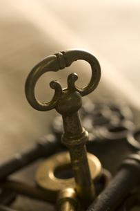 複数のアンティークな鍵と新聞紙の写真素材 [FYI02812476]