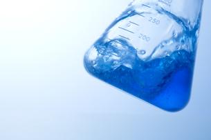 液体の入った三角フラスコの写真素材 [FYI02812478]