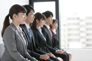 椅子に座る5人のビジネスマンの写真素材 [FYI02812501]