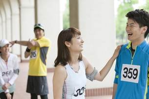 スポーツウェアを着た男女4人の写真素材 [FYI02812521]