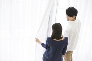 窓の外を見る夫婦の写真素材 [FYI02812533]