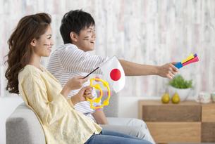 テレビ観戦しているカップルの写真素材 [FYI02812542]