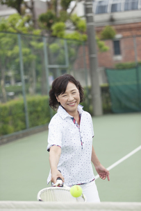 テニスをする中高年女性の写真素材 [FYI02812543]