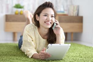 スマートフォンで電話している女性の写真素材 [FYI02812553]