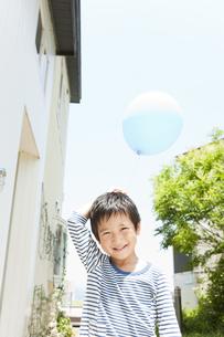 風船を持つ男の子の写真素材 [FYI02812556]