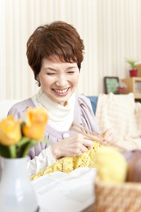 編み物をしている中高年女性の写真素材 [FYI02812562]