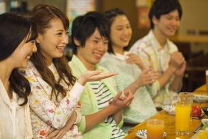 笑顔で話す若者5人の写真素材 [FYI02812573]