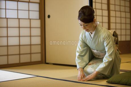 正座をして挨拶する着物姿の女性の写真素材 [FYI02812590]