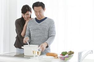 調理をする夫と妻の写真素材 [FYI02812601]