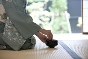 お茶を点てる中高年女性の手元の写真素材 [FYI02812613]
