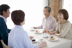 カフェで話をしている中高年4人の写真素材 [FYI02812614]