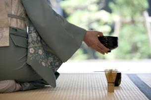 お茶を点てる中高年女性の手元の写真素材 [FYI02812617]