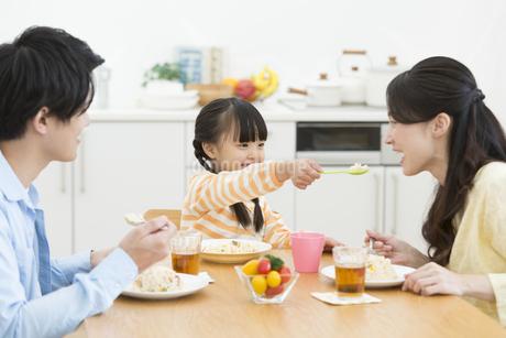 食事している家族の写真素材 [FYI02812623]