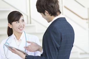 打ち合わせをするビジネスマンと女医の写真素材 [FYI02812636]