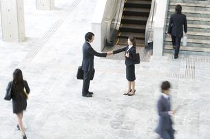 握手をするビジネスマンの写真素材 [FYI02812641]