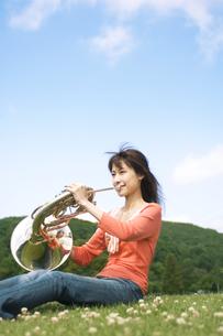 ホルンを吹いている女性の写真素材 [FYI02812676]