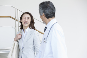 話をするビジネスウーマンと医師の写真素材 [FYI02812701]