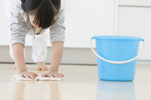 床を拭いている女の子の写真素材 [FYI02812726]
