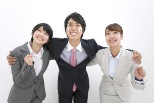 肩を組むビジネス男女3人の写真素材 [FYI02812807]