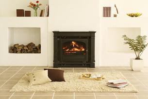 暖炉のある部屋の写真素材 [FYI02812816]