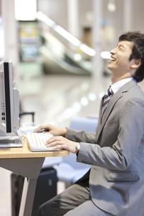 パソコンを操作するビジネスマンの写真素材 [FYI02812902]