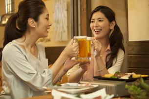 ビールで乾杯する女性2人の写真素材 [FYI02812911]