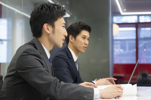 打ち合わせするビジネスマンの写真素材 [FYI02812956]