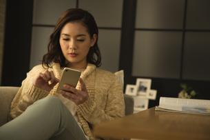 スマートフォンを操作する女性の写真素材 [FYI02812960]