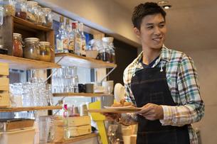 カフェで働く男性の店員の写真素材 [FYI02812965]