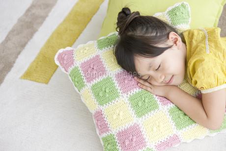 眠る女の子の写真素材 [FYI02813003]