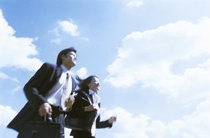 走るビジネスウーマンとビジネスマンの写真素材 [FYI02813010]