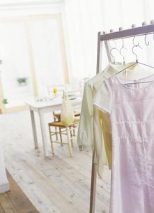 ハンガーラックにかけられた洋服の写真素材 [FYI02813019]