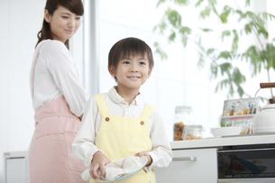 母親の手伝いをする男の子の写真素材 [FYI02813023]