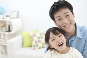 笑顔の親子の写真素材 [FYI02813024]