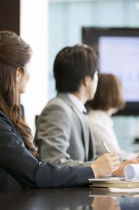 会議中のビジネス男女3人の写真素材 [FYI02813025]
