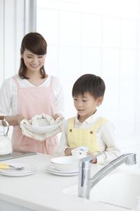 皿洗いをする親子の写真素材 [FYI02813026]