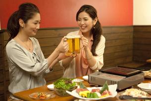 ビールで乾杯する女性2人の写真素材 [FYI02813029]