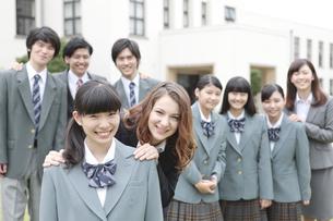 笑顔の女子校生と外国人教師の写真素材 [FYI02813076]