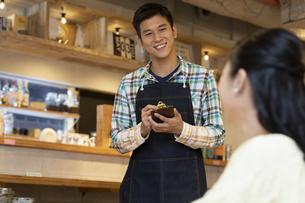 カフェ店員と客の写真素材 [FYI02813079]