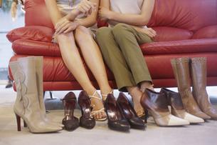ショッピングをする2人の女性の写真素材 [FYI02813084]