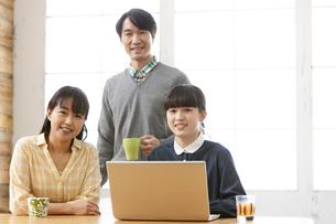 パソコンをする家族の写真素材 [FYI02813086]