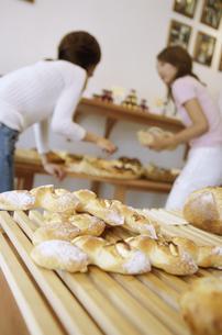 パンを選ぶ2人の女性の写真素材 [FYI02813120]