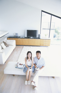 ソファーでくつろぐ中高年夫婦の写真素材 [FYI02813121]