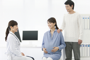女医と夫婦の写真素材 [FYI02813134]