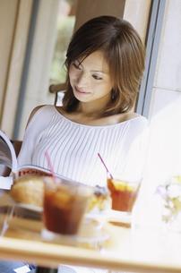 カフェでくつろぐ女性の写真素材 [FYI02813144]