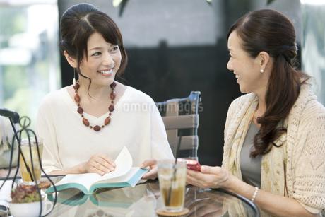 カフェで話す中高年女性2人の写真素材 [FYI02813169]