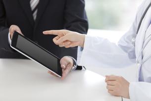 女医とビジネスマンの写真素材 [FYI02813170]